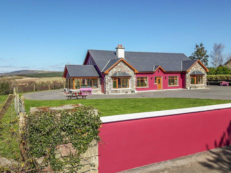 DOOLOUGH LODGE, pet-friendly, close to lough, en-suite, open fire, Killarney, holiday rental in Kilcummin