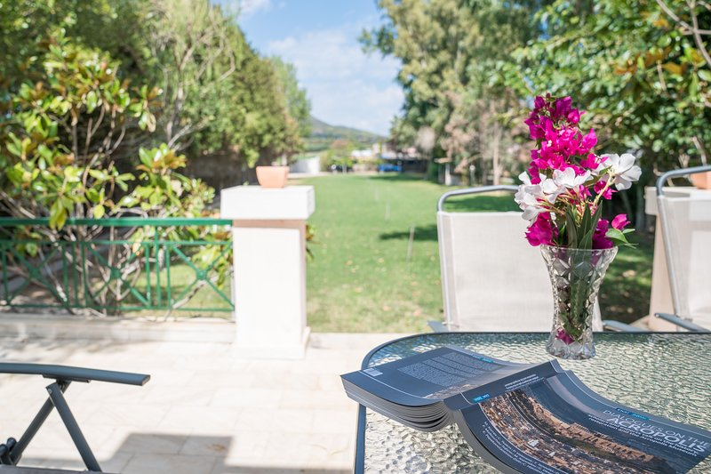 Pink White Family Villa 5' to beach, holiday rental in Schinias