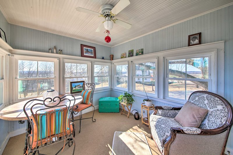Cozy Augusta Home w/ Porch-Walk to Katy Trail, alquiler de vacaciones en Defiance