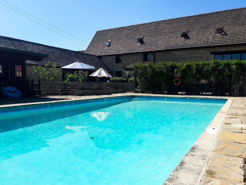 Gemeinsamer, saisonaler beheizter Pool und Tennisplatz - freier Zugang 10 Minuten vom Hotel entfernt