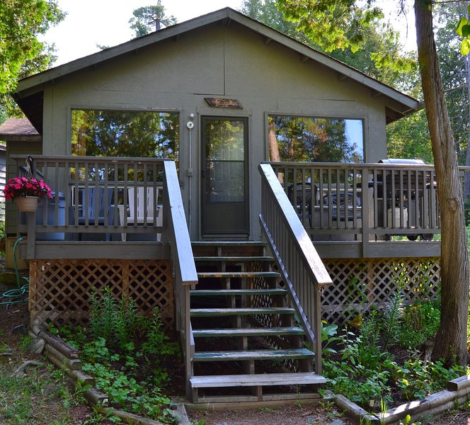 Island Cottage (Pine)-Great Spirit Lodge on Beautiful Lake Temagami, holiday rental in Temagami