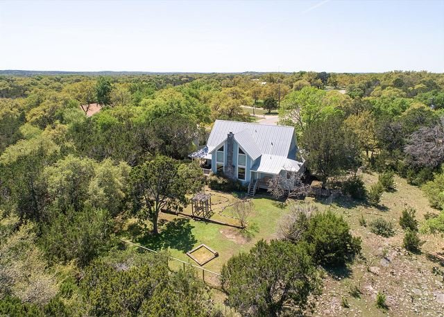 Peaceful farm house on 3 acres with a wraparound deck, sleeps up to 8!, holiday rental in Schertz