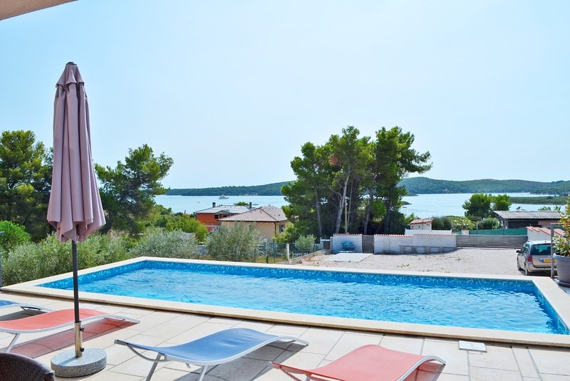 Pomer Holiday Home Sleeps 8 with Pool and WiFi - 5781980, vacation rental in Pomer