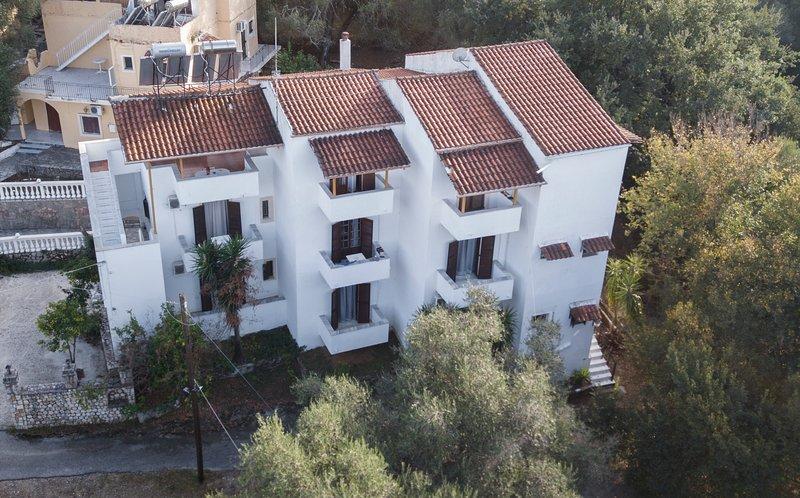 Corfu Room apartments with big parking area, location de vacances à Ano Garouna