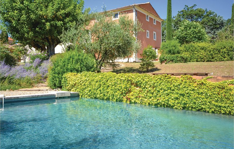 Stunning home in St. Saturnin les Apt. with WiFi, Outdoor swimming pool and 5 Be, holiday rental in Gargas