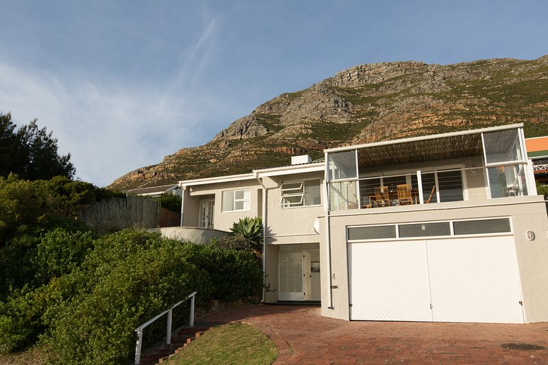 TRANQUIL SEASIDE HOME WITH GREAT VIEWS, alquiler vacacional en Simon's Town