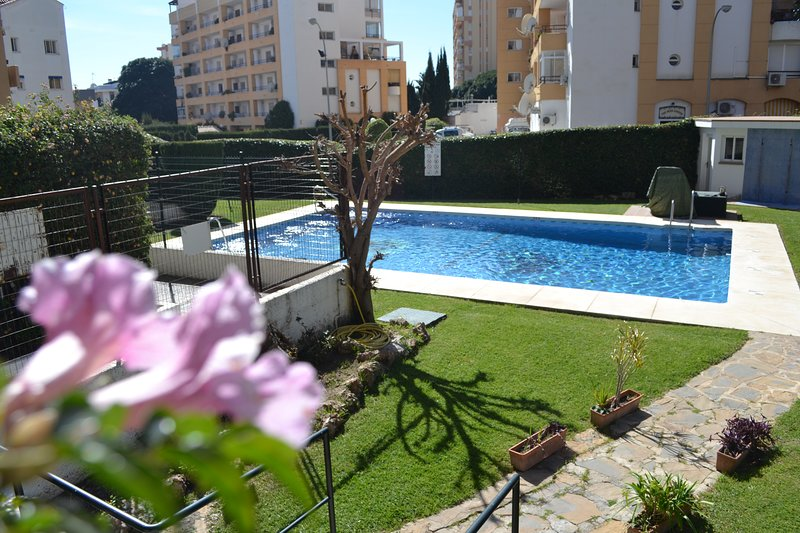 piscina comum e área de jardim