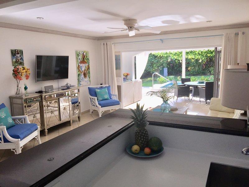 Il nostro soggiorno ... dotato della tecnologia Smart TV / Sonos e della bellissima arte caraibica