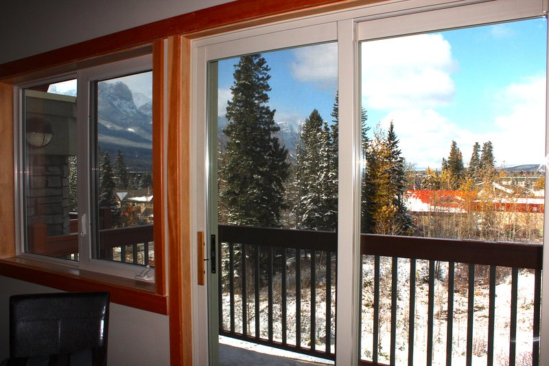 Luxury Condo, Year Round Heated Pool, Amazing Views, Short Walk to Downtown, holiday rental in Canmore