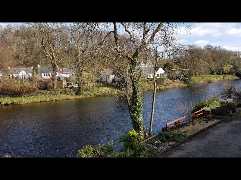 No 6 riverside cottage with river views from balcony, vacation rental in Newton Stewart