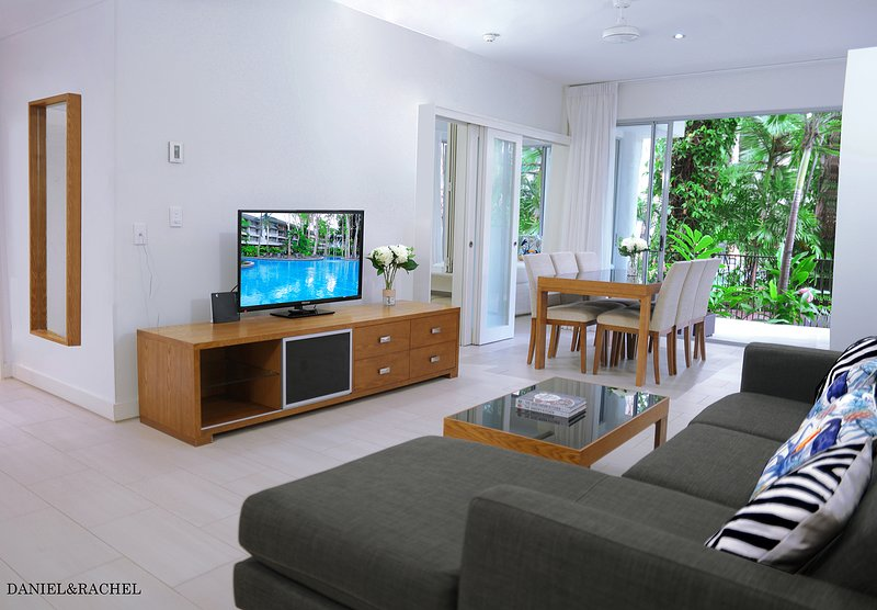 Luxury Poolside 2BR Apartment Palm Cove - 2 Mins To Beach & Free WiFi, vacation rental in Palm Cove