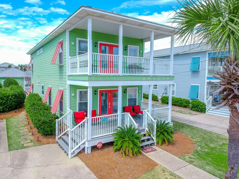 Casa Del Mar Destin, 4BR + Bunk Room, Private Heated Pool, 2 min walk to beach, vacation rental in Crystal Beach