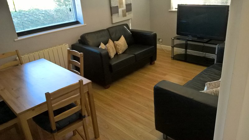 2 bedroom apartment with parking a stroll from Cheltenham Spa station, vacation rental in Little Witcombe