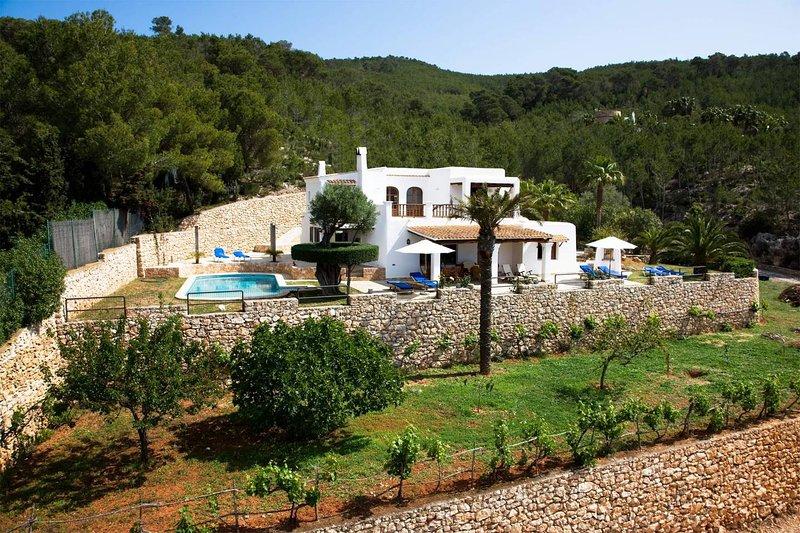 Villa Maderus, op een heuvel midden in de natuur, vacation rental in Santa Eulalia del Río