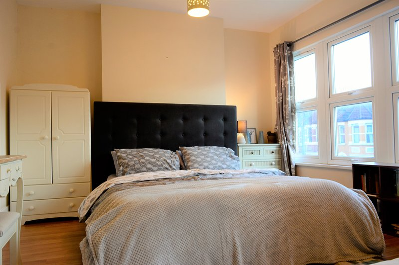 Fantastic and spacious 6 king bed 2.5 bath home with garden in great location, holiday rental in Wood Green