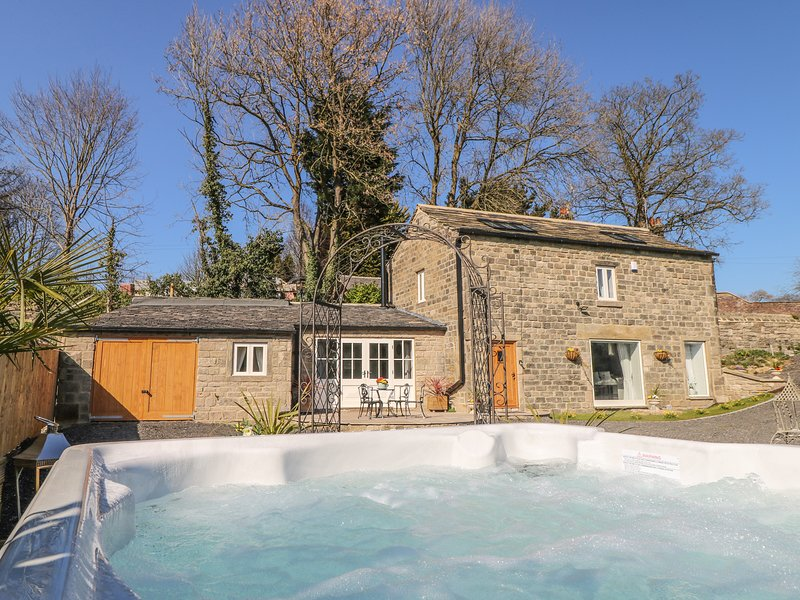 CUNLIFFE BARN, hot tub, woodburner, Esholt, Ferienwohnung in Leeds