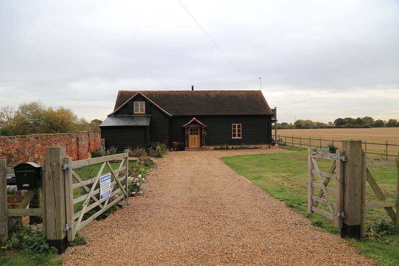 The Shire Stables, 4 bedroom 4 bathroom barn in countryside with hot tub, vacation rental in Maldon
