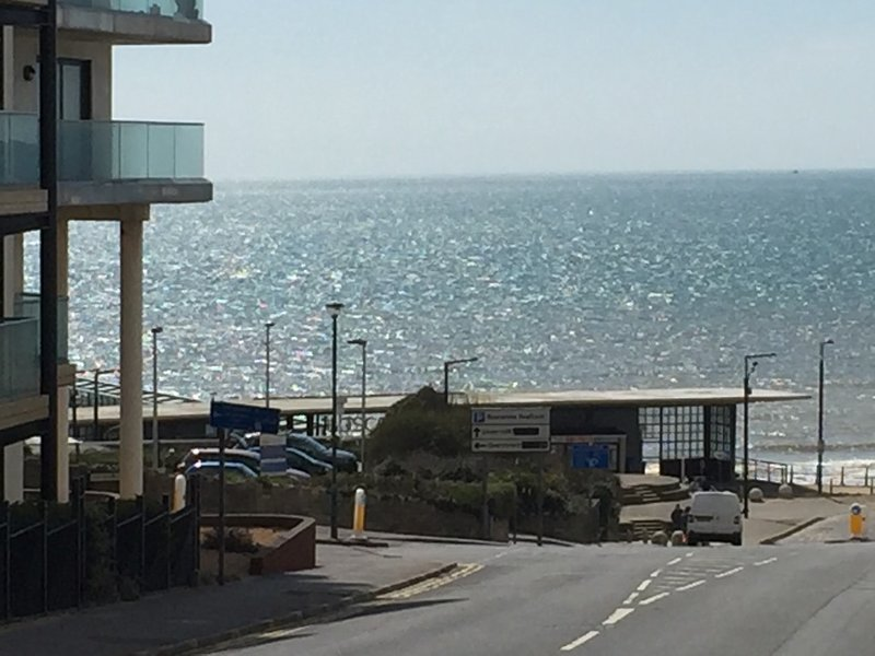BOURNECOAST: LOCATED NEAR TO BOSCOMBE PIER AND SANDY BEACHES - SEA VIEWS -FM5973, vacation rental in Bournemouth