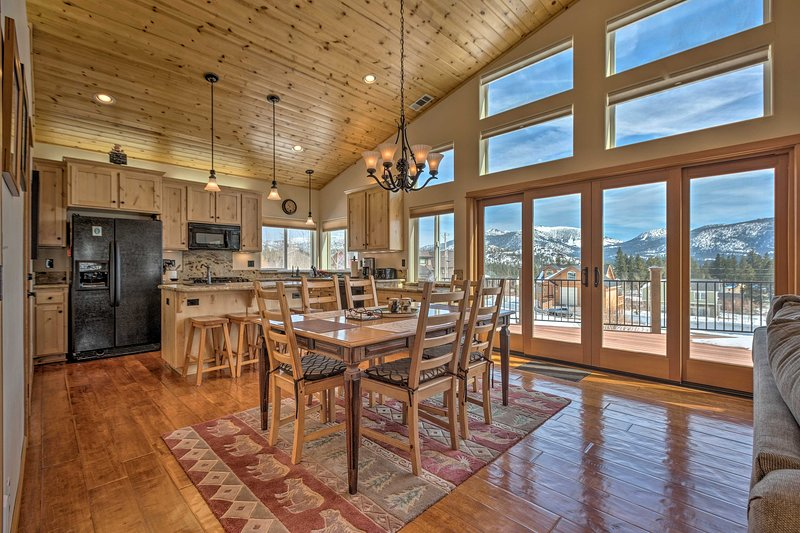 South Lake Tahoe Retreat with BBQ & Mtn-View Deck!, alquiler de vacaciones en Fallen Leaf
