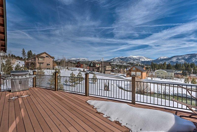 Terrasse privée de cette location de vacances offre une vue imprenable sur la Sierra Nevadas!
