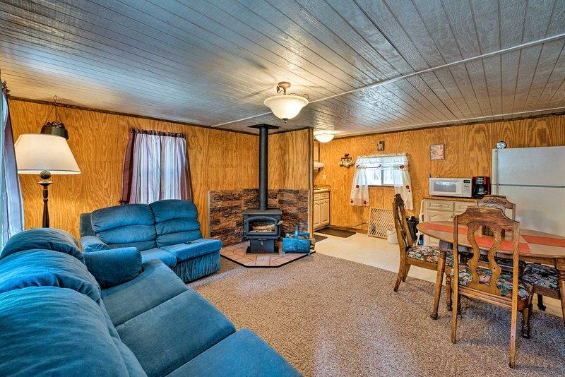 Pet Friendly Cloudcroft Cabin w/ Forest Views, location de vacances à Cloudcroft