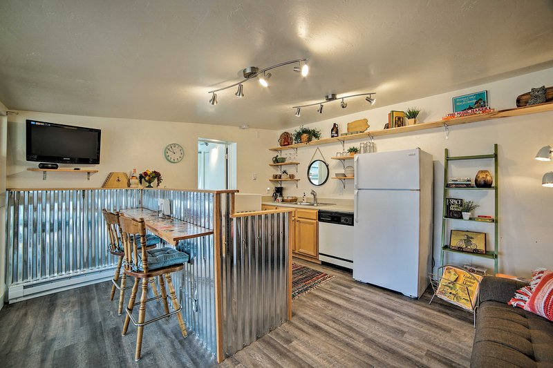 'The Bee's Knees Bungalow offers accommodations for up to 4 guests.
