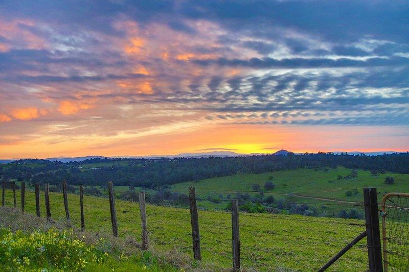Regardez le soleil se coucher sur les collines alors que vous vous détendez d'une aventure.