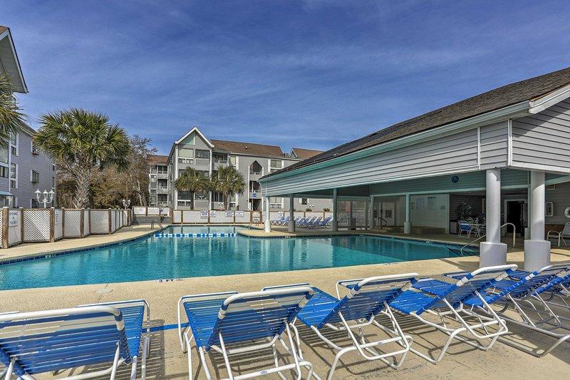 Cozy Myrtle Beach Condo w/ Pool - Walk to Beach!, holiday rental in Arcadian Shores
