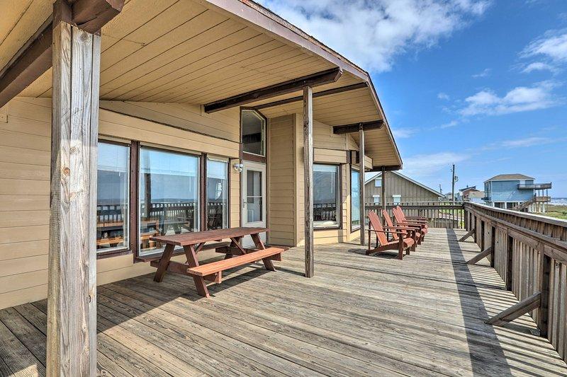 Ammirate l'oceano dal ponte di questa casa Galveston con 3 camere da letto e 2 bagni!