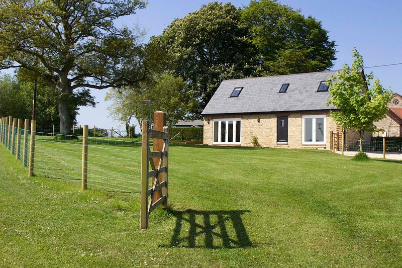 Kelpers Barn at Whistley Farm Holiday Accommodation and Fishing Lakes, vacation rental in Wincanton