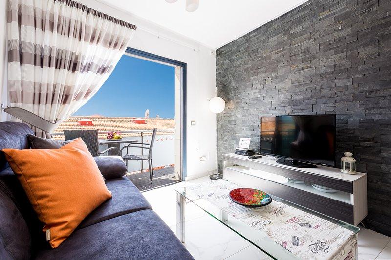 Modern apartment Famar, La Caleta, WiFi, Ocean, holiday rental in La Caleta