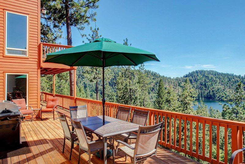'Two Lakes View Lodge' in Coeur d'Alene w/ 3 Decks, holiday rental in Coeur d'Alene