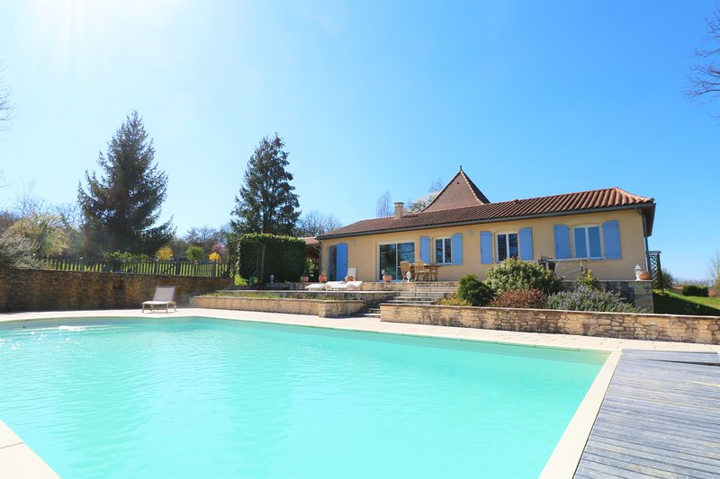 NEW*** SUPERB HOUSE WITH PRIVATE POOL, GARDEN AND VIEWS ONLY 7KM FROM SARLAT, holiday rental in Saint-Andre-d'Allas