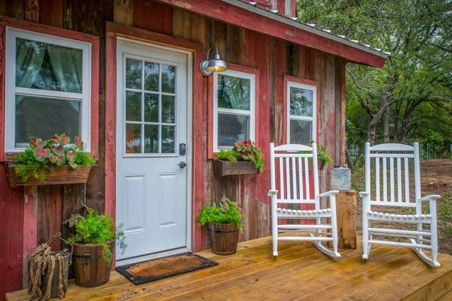 Cozy Cabin 'Little Red Hen' 12 min to Magnolia, holiday rental in Waco