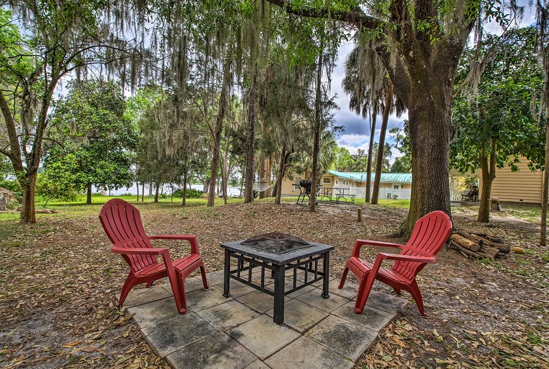 Dunnellon Cottage on Lake Rousseau w/ Boat House!, casa vacanza a Inglis