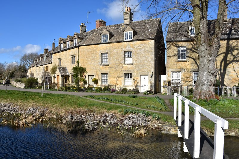 Period cottage in idyllic riverside location in prime Cotswolds village, casa vacanza a The Slaughters