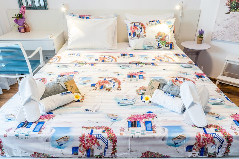 Schlafzimmer mit Kingsize-Bett und Memory Foamattress.