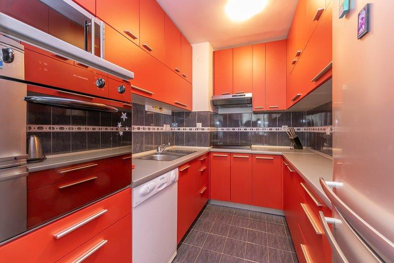 Cozinha - fogão, forno, micro-ondas, geladeira, lava-louças, chaleira, pratos, copos, panelas e panela