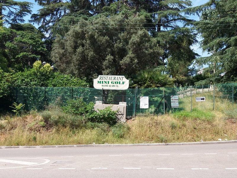 Mini golf, parc avec aire de jeux et restaurant en face de la maison