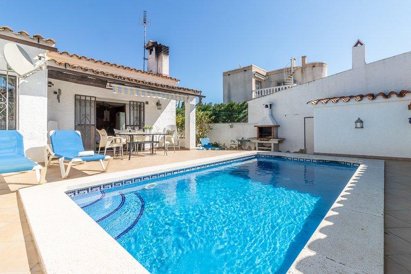 Casa con piscina privada y wifi, cerca de playa y comercios, location de vacances à Empuriabrava
