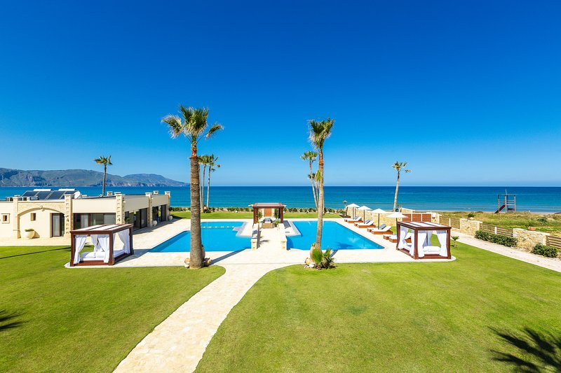 Paralia Beachfront Residence, 250m2 pool, walking distance to shops,full privacy, vacation rental in Apokoronas