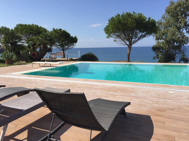 Villa Arcipelago with private access to the beach, vacation rental in Cefalu