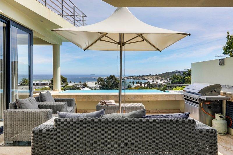 Bakoven Villa Sleeps 12 with Pool and Air Con - 5400304, location de vacances à Camps Bay