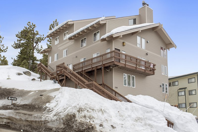 Steps to the Slopes w/Views of Lake Tahoe!, location de vacances à Kingsbury
