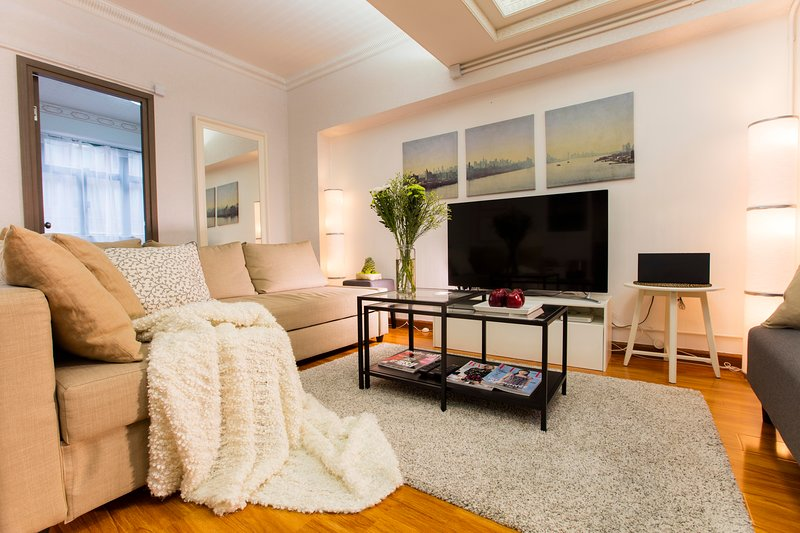 WOW! 3 BEDROOMS/ 4 BEDS/ 2 BATH  Yau Ma Tei, direct at subway station!, vacation rental in Hong Kong