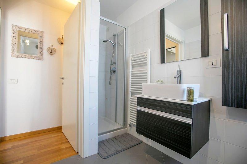 La salle de bain avec l'antichambre
