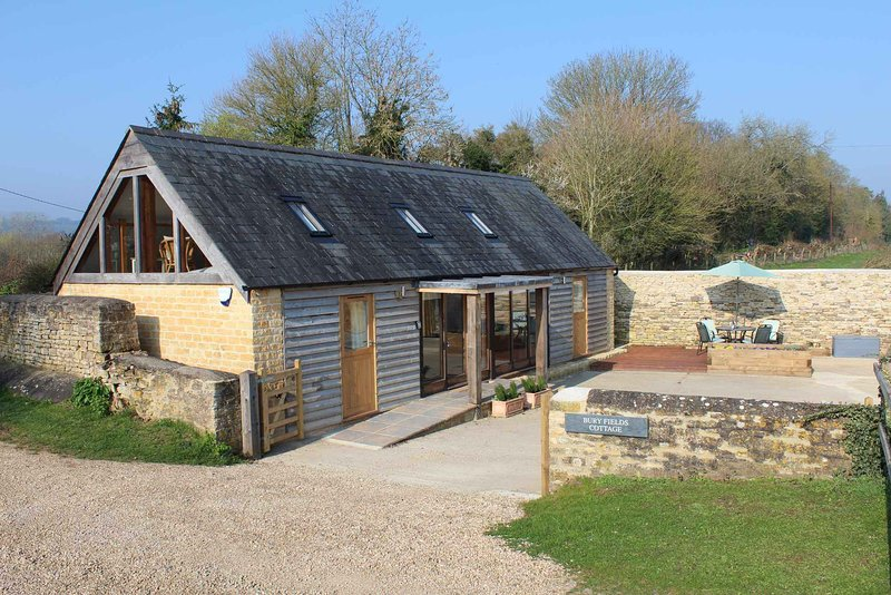 Bury Fields Cottage is a beautiful home finished in a warm, contemporary style, vacation rental in Wyck Rissington