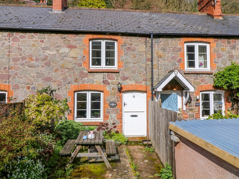 WOODEDGE, sweet Exmoor cottage with wood burning stove and enclosed garden, holiday rental in Porlock