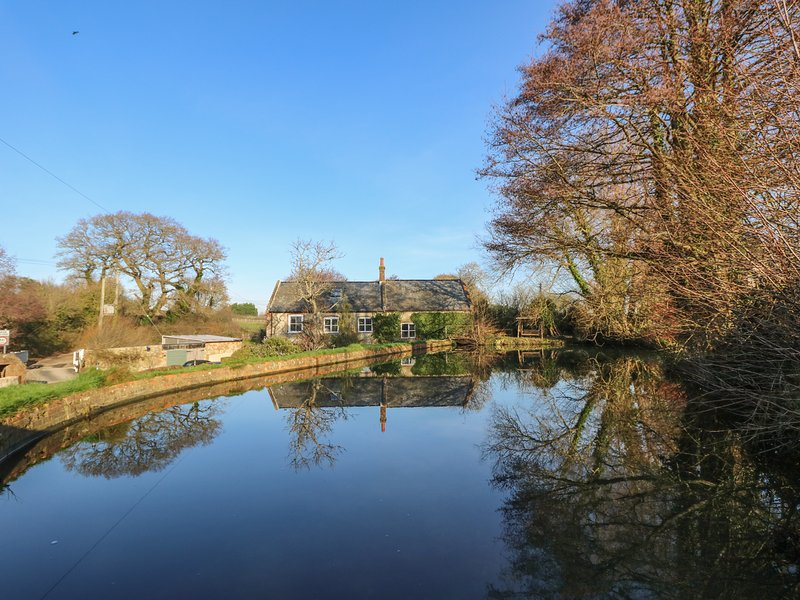 LOWER CALBOURNE MILL, woodburning fire, en-suite, in Calbourne, holiday rental in Brighstone