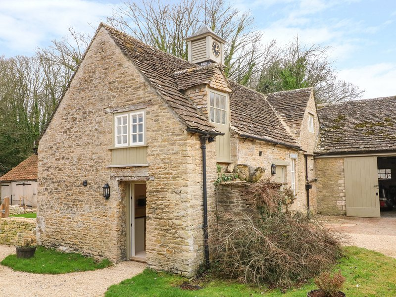 THE CLOCK TOWER, enclosed garden, woodburner, South Cerney, vacation rental in South Cerney